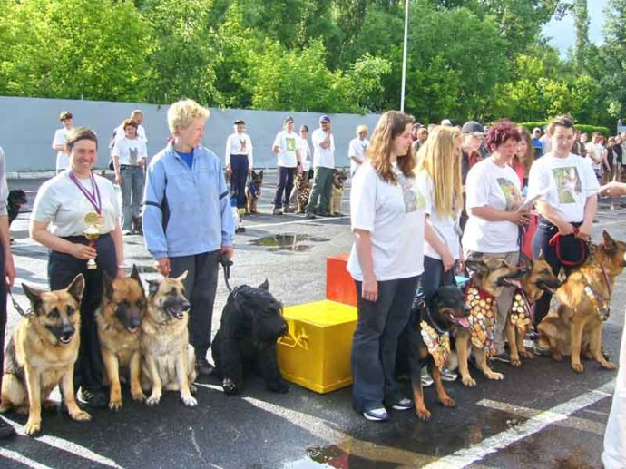 Участники соревнований по служебному собаководству