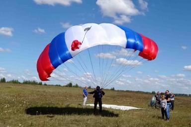 Липецкий аэроклуб ДОСААФ России открыл новый парашютный сезон